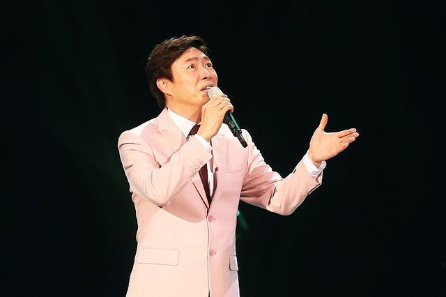 """费玉清封麦宣布绝不复出 泪别歌迷""""今晚就是永别"""""""