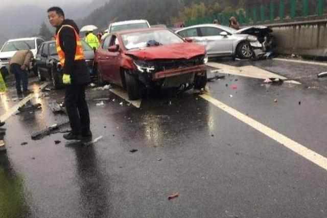 安徽岳武高速23车相撞  5死4伤