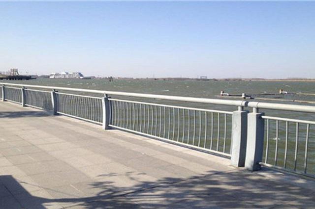 安徽宿州:面包车冲断护栏 悬在半空中
