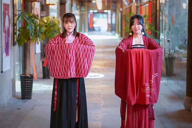 穿着汉服过春节 传统文化得到更多认可