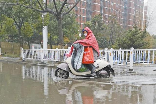 """中山南路排水不畅 马路成了""""小池塘"""""""