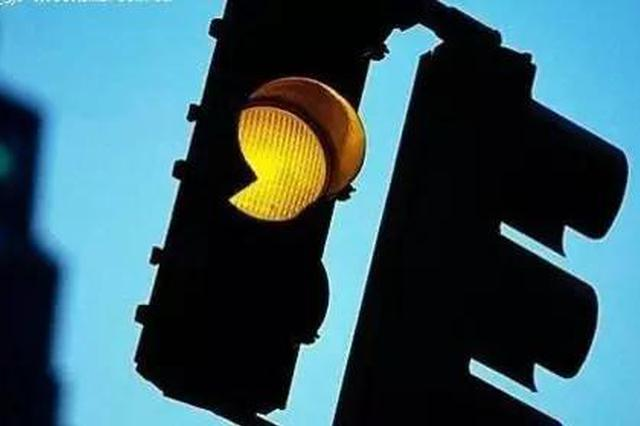 为抢黄灯几秒 安徽一司机雨夜撞飞路人