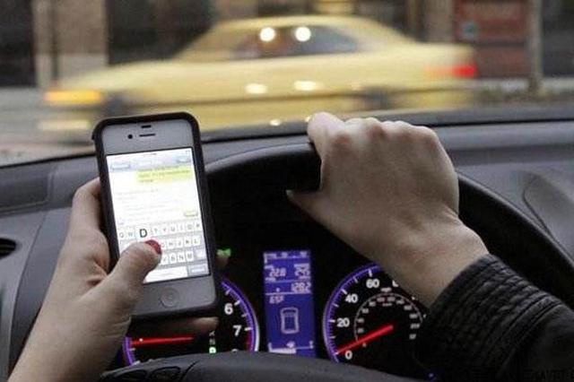 合肥一司机开车时玩手机 一不留神撞断路灯杆