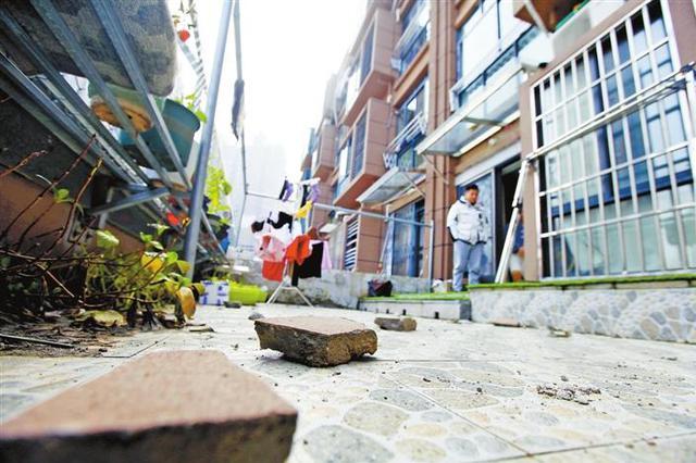 芜湖一小区楼顶不时有石块掉落到家中阳台