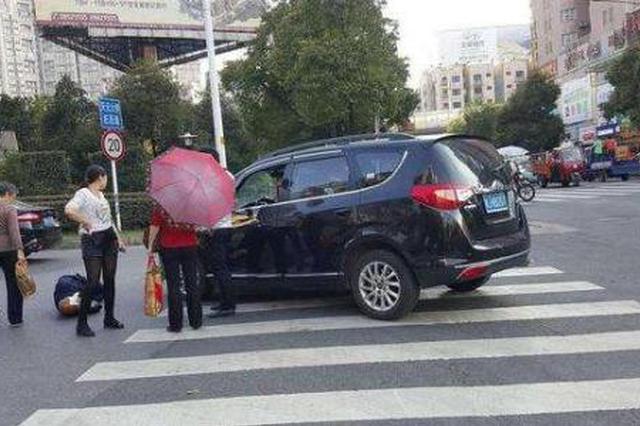 驾车撞人逃了 找交警咨询神色慌张被识破