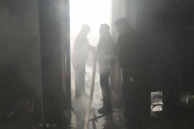 滁州木板床突发大火 巡逻民警主动救火消除危险