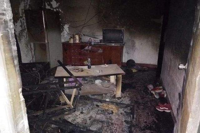 孩子玩火烧了自家屋 消防队员火场中疏散8人