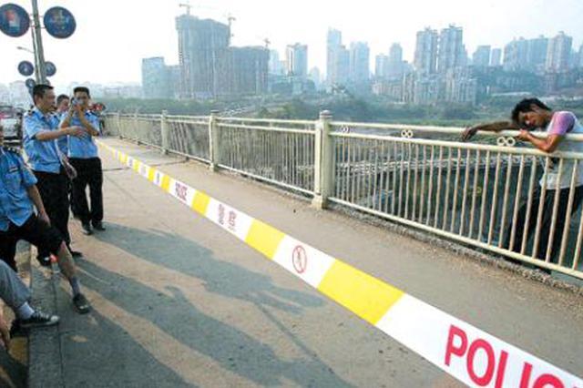 女子欲跳高架桥轻生辅警一个箭步冲上前女子获救
