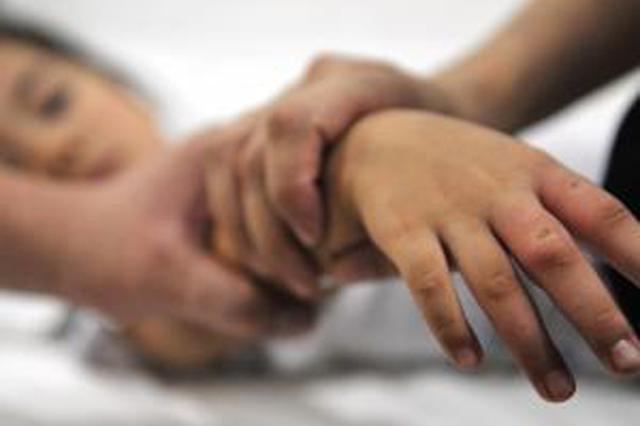 女童手指遭门夹伤 警车开道紧急护送