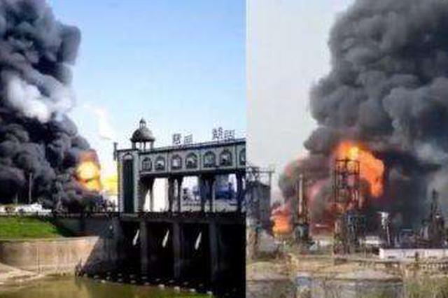 马鞍山一化工厂发生爆炸 黑烟升空消防车赶赴现场