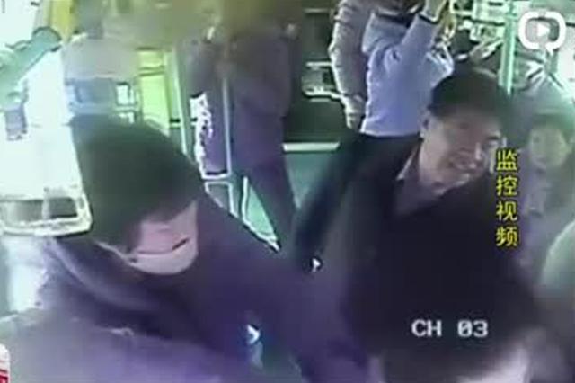 安徽滁州:男子公交坐过站 竟扯拽司机要下车