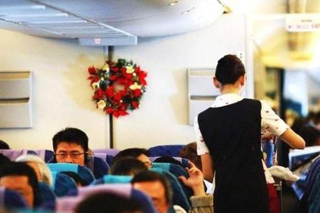 幼儿坐飞机吃糖被卡 空姐临危不乱施救助脱险