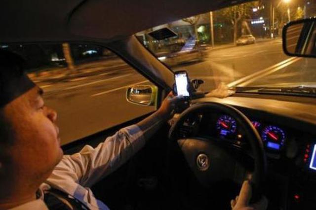 出租车司机深夜醉驾撞护栏 驾驶人将被依法追究刑责