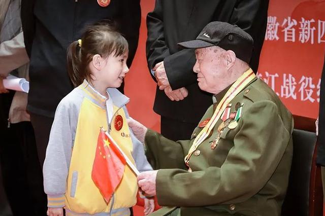 纪念渡江战役胜利70周年 数名革命后代捐赠文物