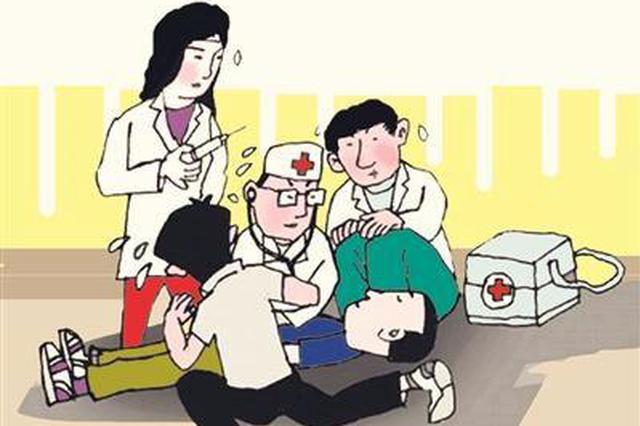 小伙操场上突发猝死 医生现场施救挽回生命