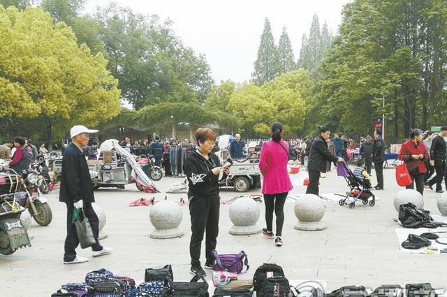 """芜湖赭山公园西大门早上成了""""大集市"""""""