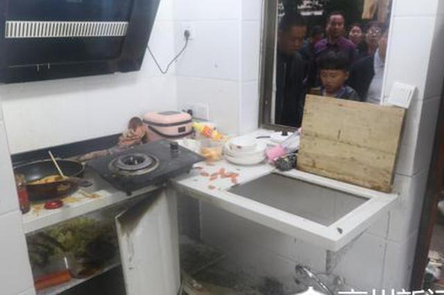 亳州市利辛县一小区住户煤气泄漏发生爆炸 一人受伤