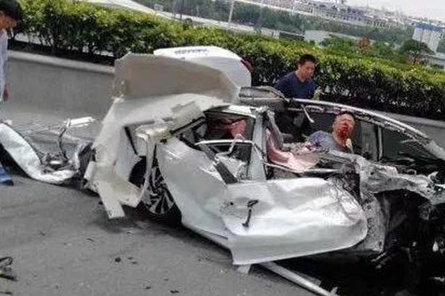 车祸后司机被卡警民自制梯?#37038;?#25937;