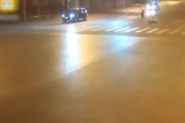 合肥:三小伙马路上飙车  两人遭电线拽倒