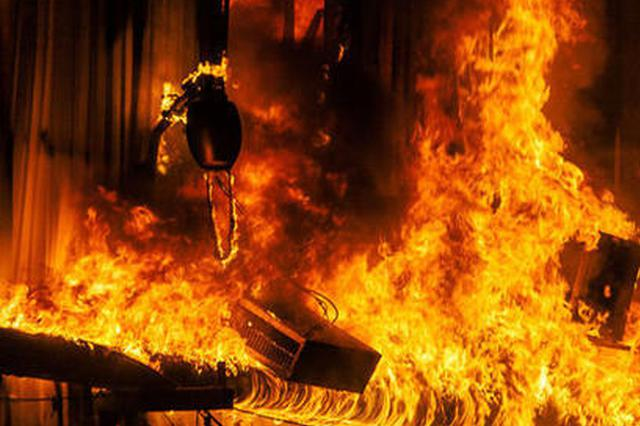 """安徽阜阳一步行街着火 男子称""""都烧光""""被查"""