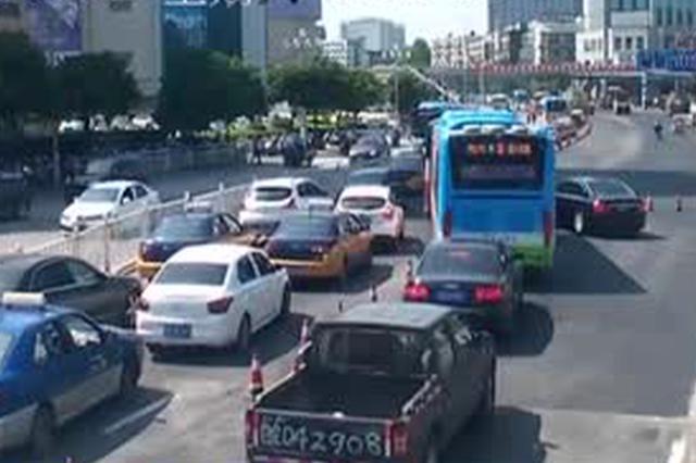 安徽芜湖:男童误吞硬币卡喉  送医被堵协警伸援手