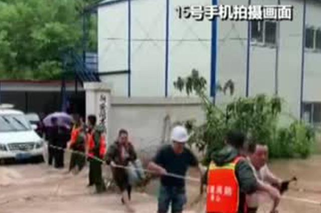 安徽黄山:降雨致多地被淹  多部门及时救援