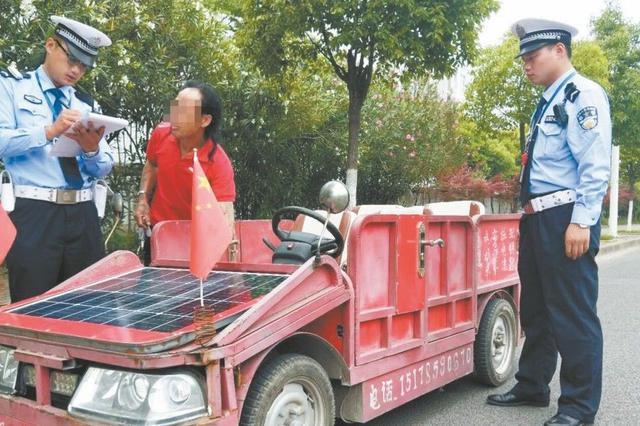 男子拼装太阳能敞篷车上路