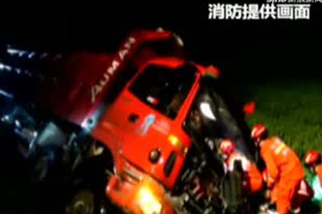 安徽萧县:货车发生侧翻  消防紧急救援