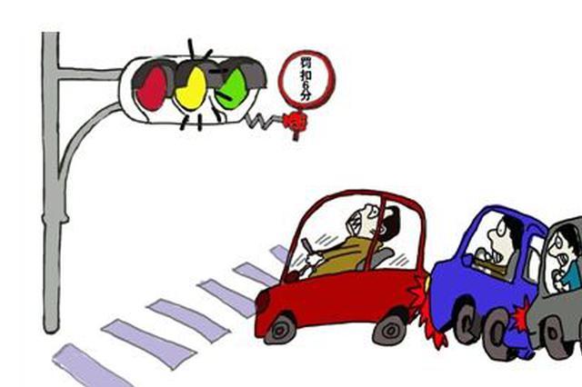 男子醉驾等红灯睡着 遇交警一时紧张撞上警车