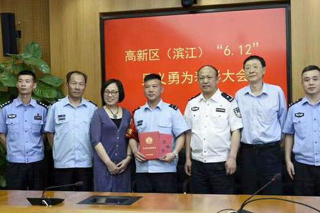 这位凤阳籍公交司机在杭州扑灭了一辆起火小轿车