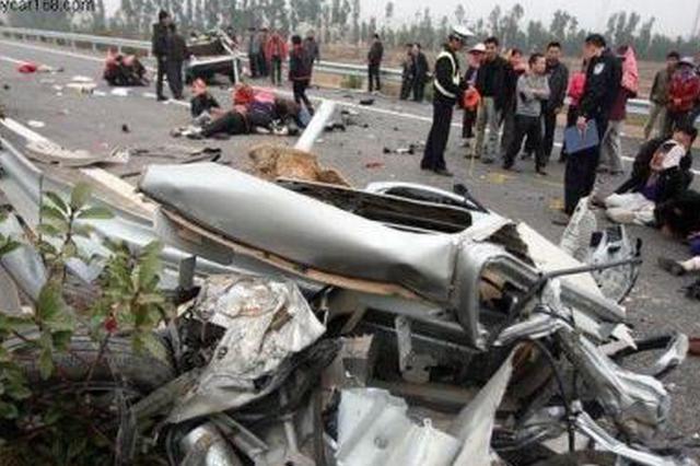 凌晨突发车祸夫妻被埋石灰中 众人紧急救援