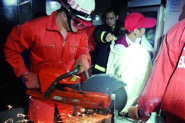 合肥一饭店女工手卡压面机 消防员破拆救援