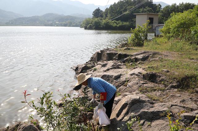 """""""环保老人""""郭兴兰:搬走五个自然村的陈年垃圾"""