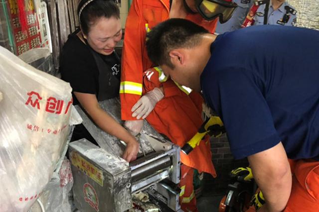 女子遭压面机吞手 合肥消防迅速营救