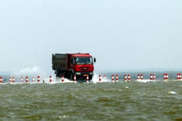 货车侧翻水里淹 民警巧施救援