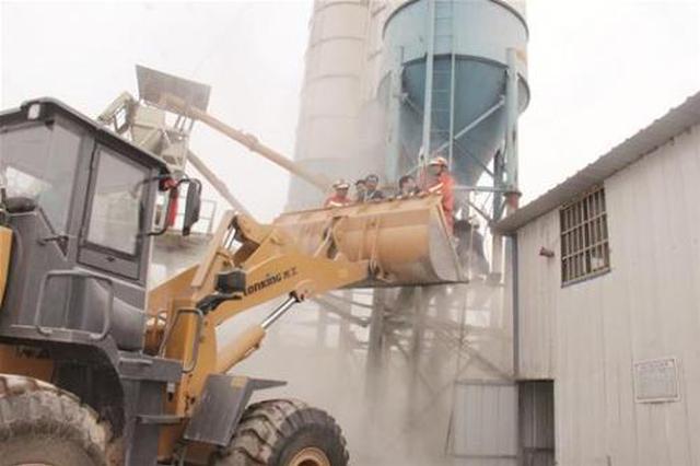 工人被卡搅拌机 消防迅速破拆营救
