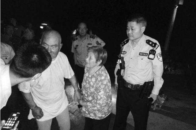 81岁老人被埋在废墟中 民警徒手扒开废墟救人