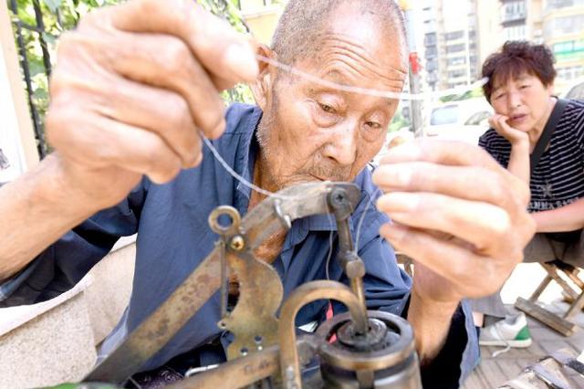 88岁老人出摊修鞋 他说被需要很快乐