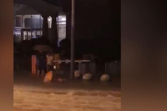 安徽暴雨致路面积水 12岁男童深夜触电身亡