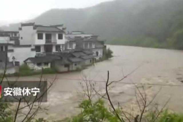安徽休宁遭暴雨袭击 淹没道路农田