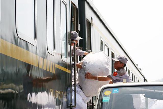 """列车""""家政师"""" 站在幕后的铁路工作者"""