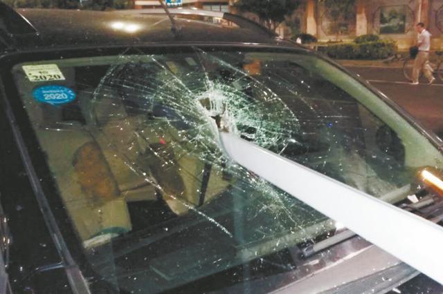 """越野车被""""一箭穿心"""" 所幸无人受伤"""