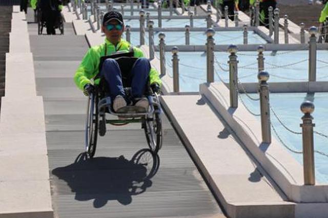 """一把转不动的轮椅 揭开残障人士""""刷街""""难题"""