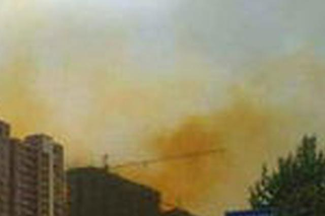 合肥高架桥上出现十余个大桶 往外冒着黄色浓烟