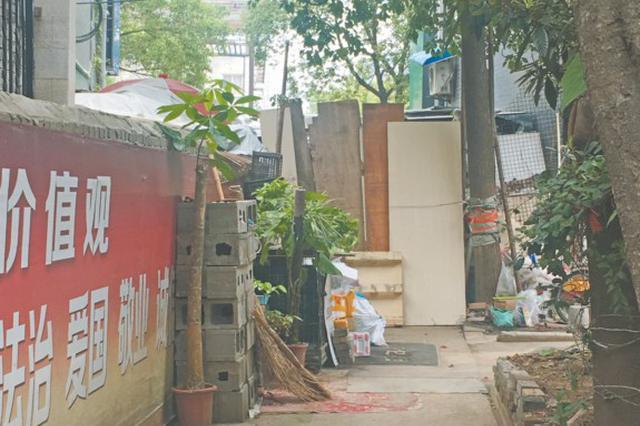 """芜湖凤凰新村围墙空地仍被""""霸占"""""""
