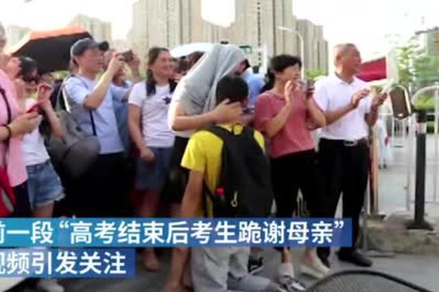 安徽跪谢母亲考生考上北京邮电大学