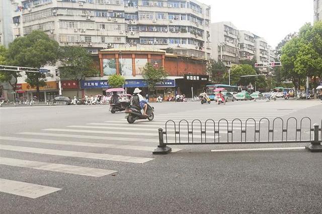 道路护栏损坏 行人横穿危险