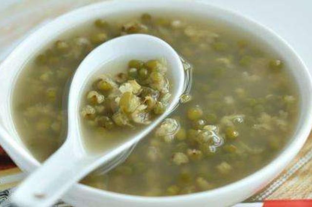 合肥5位老党员为30多位工人送绿豆汤