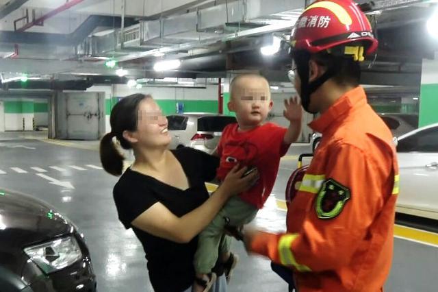 1岁多男童将自己锁进车内 被救后向消防员致以飞吻