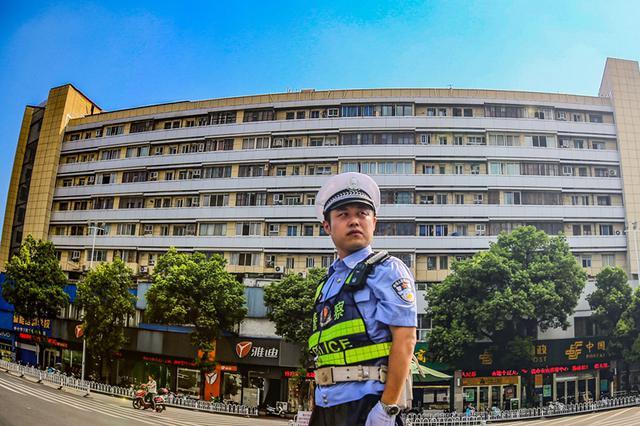 安庆交警:用汗水诠释着责任